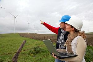 2 IngenieurInnen arbeiten an Windkraftanlagen)