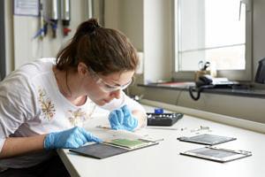 Wissenschaftliche Mitarbeiterin am Lehrstuhl Energieverfahrenstechnik bei der Arbeit